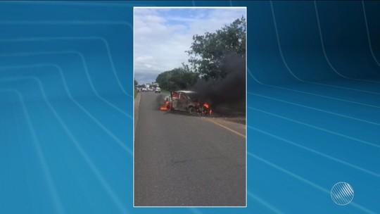 Carro pega fogo e fica destruído após bater em outro no sul da Bahia; vídeo