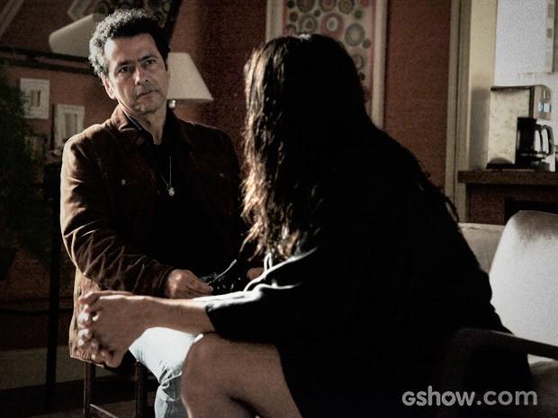 Delegado Pedroso conversa com Rosa sobre a investigação (Foto: Camila Camacho / O Rebu)