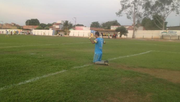 Ao fim do jogo, Everton ajoelhado reza e lamenta derrota do Interporto (Foto: Edson Reis/GloboEsporte.com)