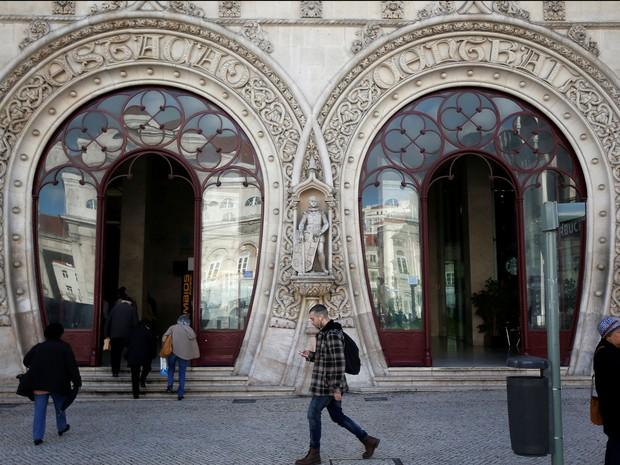 A estátua do rei D. Sebastião é vista na fachada da estação do Rossio, em Lisboa, em foto de 15 de março (Foto: Reuters/Rafael Marchante)