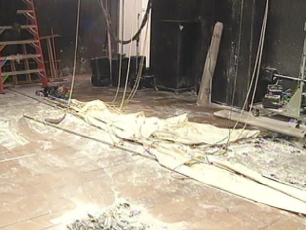 Fogo atingiu cortinas do palco do Teatro Municipal  (Foto: reprodução/TV Tem)