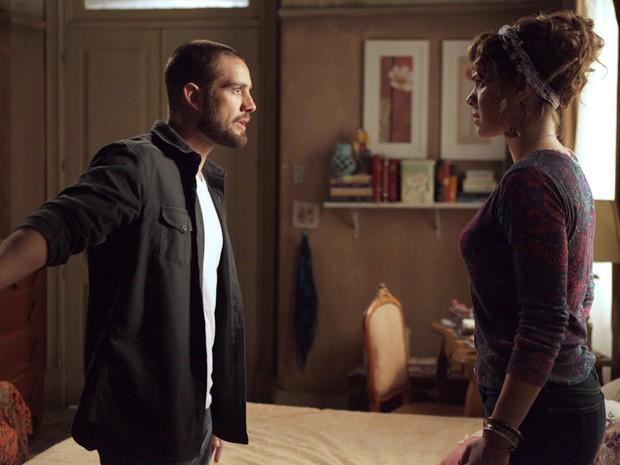 Cris tem crise de ciúme ao falar com Vicente (Foto: Pedro Curi/TV Globo)