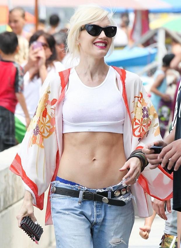 Gwen Stefani com kimono de seda por cima de um top e combinado com calça jeans (Foto: Grosby Group)
