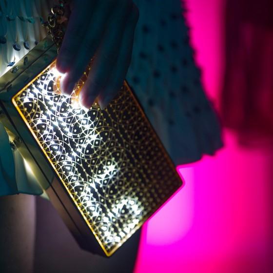 As bolsas tech da Chanel são modelos que vêm com aplicativo para a cliente escolher uma palavra ou frase, escrita de forma luminosa (Foto: Divulgação)