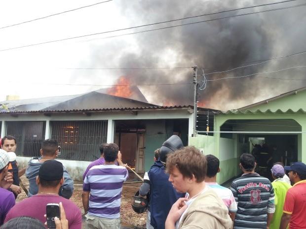 Incêndio casa rio branco (Foto: João Paulo Maia/G1)