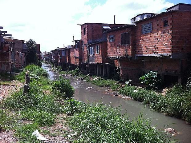 Mais de 90% do esgoto das favelas e ocupações das maiores cidades do Brasil são jogados no meio ambiente (Foto: Raphael Prado/G1)