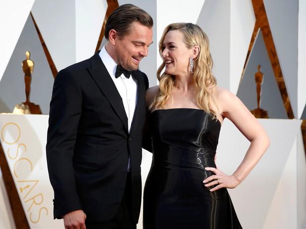 Kate Winslet e Leonardo DiCaprio se encontram no tapete vermelho do Oscar 2016. Ela está indicada a atriz coadjuvante por 'Steve Jobs' e ele a melhor ator por 'O regresso' (Foto: REUTERS/Lucy Nicholson)