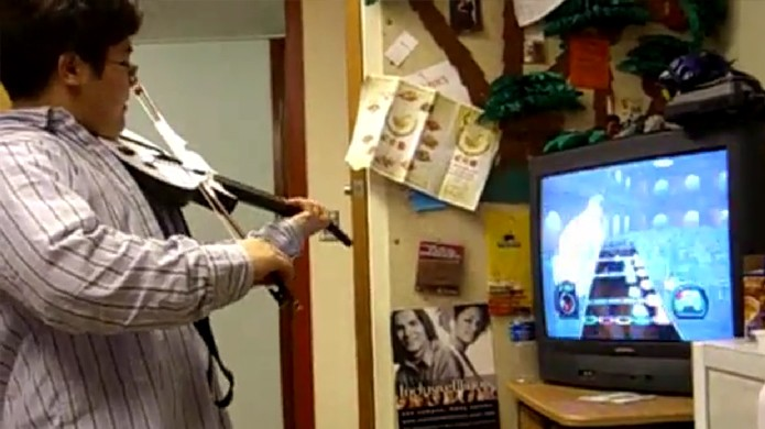 Imagine o desafio de tocar Guitar Hero utilizando um arco de violino (Foto: Reprodução/YouTube)
