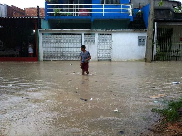 Ruas do Distrito Industrial ficaram alagadas (Foto: Camila Henriques/G1 AM)