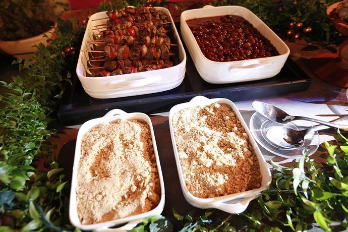 Farofa tostada e Brochete de Filé Mignon com pimentões e cebola (Foto: Raphael Dias/ Gshow)
