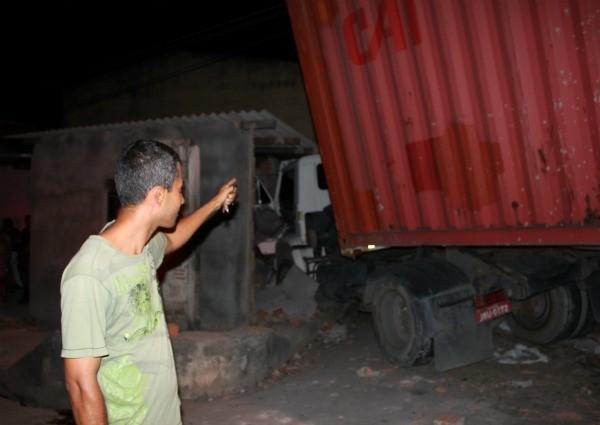 O dono da casa conhecia o adolescente que foi atingido pelo caminhão (Foto: Mônica Dias/G1)
