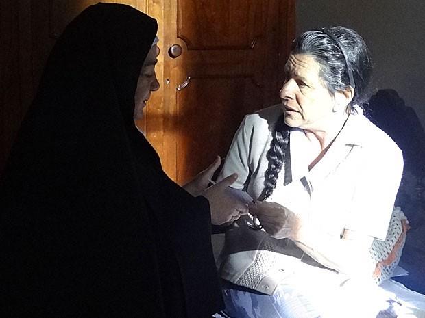 Angélica pede para a carta ser postada com a máxima urgência (Foto: Amor Eterno Amor/TV Globo)