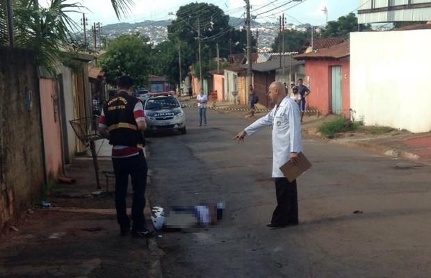pedras jardim goiania : pedras jardim goiania:Polícia faz perícia em local de homicídio no Setor Finsocial (Foto
