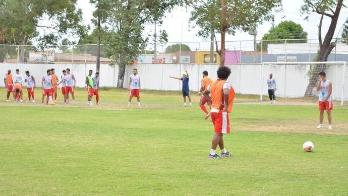 Fábio Luiz orienta no trabalho de bola parada (Foto: Ivonisio Júnior)