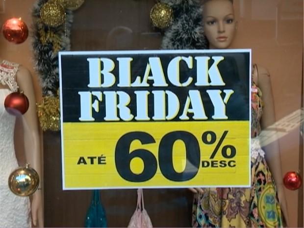 Consumidores aproveitam a Black Friday para garantir descontos (Foto: Reprodução/TV Fronteira)
