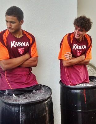 Goleiro Cris e meia Clebinho encararam a crioterapia nesta quarta-feira (Foto: Henrique Pereira/GloboEsporte.com)