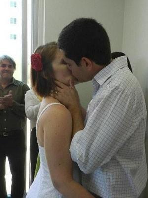 Aline e Moreira se beijam durante a cerimônia de casamento  (Foto: Arquivo pessoal)