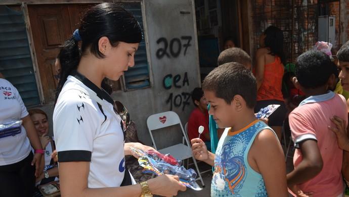 """No dia das crianças """"Força Jovem"""" entrega brinquedos para jovens, no AP  (Foto: Rafael Moreira/GE-AP)"""