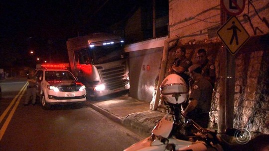 Caminhão que esmagou carro e matou motorista era roubado, diz polícia