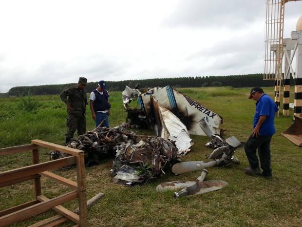 Fiscais do Seripa investigam os destroços da aeronave (Foto: Fabiano Villela / TV Liberal)