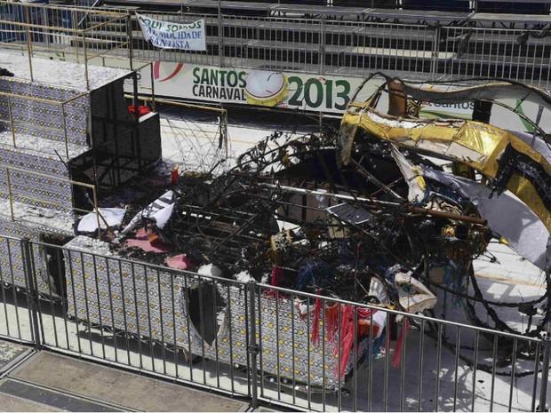 Carro alegórico pegou fogo após encostar em fio de transmissão de energia em Santos (Foto: Ivan Storti/Reuters)