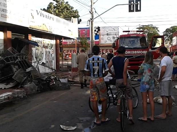 Cerca de 150 animais morrem em incêndio em pet shop, no Setor Campinas, em Goiânia, Goiás (Foto: Bill Guerra/AgMais)
