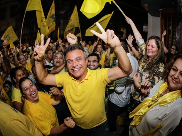 Zenaldo Coutinho (PSDB) comemora após ser reeleito prefeito de Belém em seu comitê de campanha após resultado do segundo turno das eleições municipais  (Foto: Tarso Sarraf/Estadão Conteúdo)