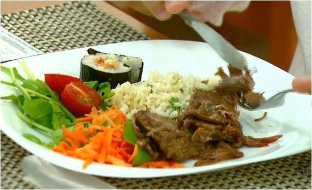 Regina Furtado mostra os alimentos adequados para pessoa com câncer (Foto: Reprodução EPTV)