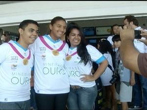O assédio foi inevitável e todo mundo queria tirar fotos com a jogadora. (Foto: Reprodução Inter TV Grande Minas)