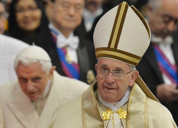 O Papa Francisco chega para cerimônia de criação de novos cardeais no Vaticano neste sábado (14); ao fundo, o Papa Emérito Bento XVI, que participa da cerimônia (Foto: Andreas Solaro/AFP)