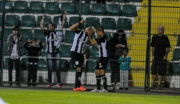 Figueirense x Goiás - gol (Foto: EDUARDO VALENTE - Agência Estado)