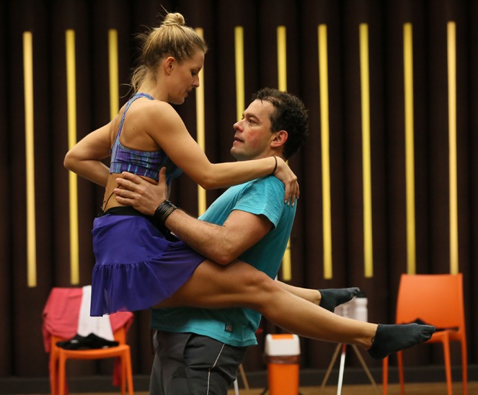 Fernando Rocha segura Juliana Valcézia, que mostra pernas saradíssimas (Foto: Isabella Pinheiro / Gshow)