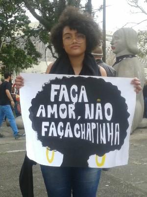 A estudade Camila Moreira participa pela primeira vez da Marcha das Vadias (Foto: Adriana Justi/G1)
