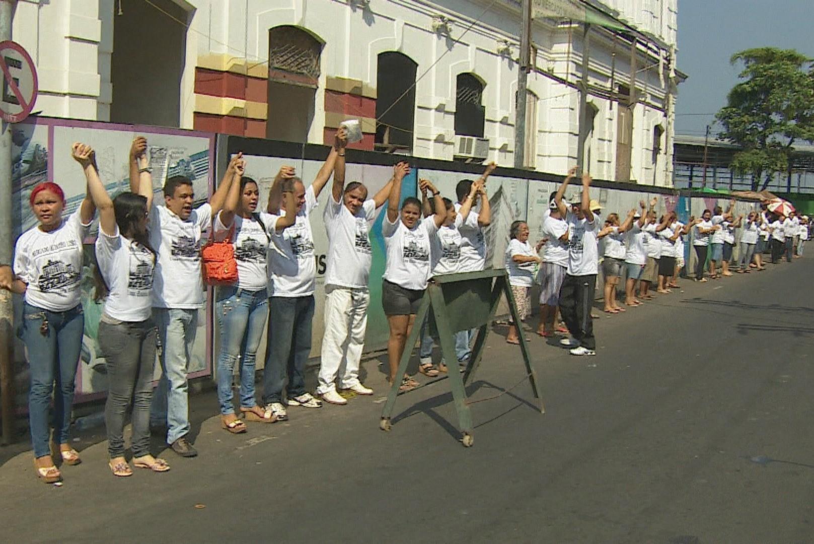 'Abraço simbólico' cobra conclusão de obras de mercado de Manaus (Foto: Jornal do Amazonas)