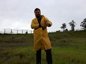 O jornalista Augusto Canto, de Alumínio, espera o Antonov (Foto: Murillo Gomes/G1)