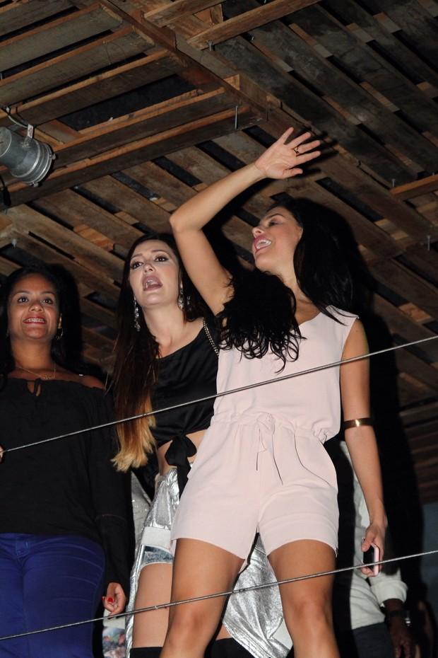 Paloma Bernardi se acaba de dançar em show de Thiago Martins, no Rio (Foto: Anderson Borde / AgNews)