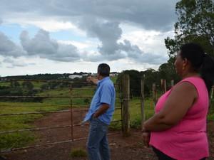 Seu Eurico e dona Oralina mostram local onde viram a suposta nave passando em Varginha (Foto: Samantha Silva / G1)
