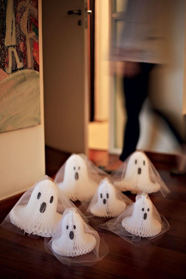 Que recepção! Sinos de papel cobertos com tule, viram simpáticos fantasmas para receber os convidados (Foto: Rogério Voltan/Editora Globo)