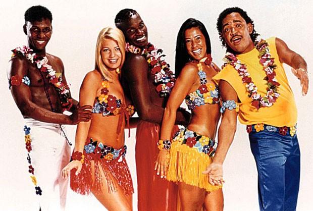 Uma das formações da banda sucesso na década de 1990: Beto Jamaica, Sheila Mello, Jacaré, Scheila Carvalho e Compadre Washington (Foto: Divulgação)