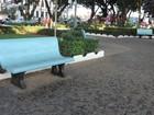 Prefeitura pinta bancos em praças, e moradores associam a cor de partido