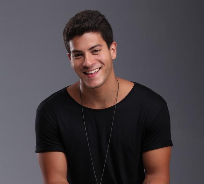 Com o hit 'A Flor', Arthur Aguiar já conquista novos fãs com disco solo (Foto: Beto Gatti/Divulgação)