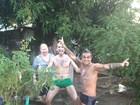Thammy Miranda curte banho de balde com o irmão e a avó