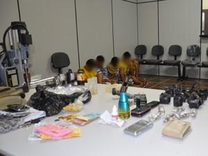 Suspeitos foram detidos na comunidade Colibris, no José Américo em João Pessoa (Foto: Walter Paparazzo/G1)