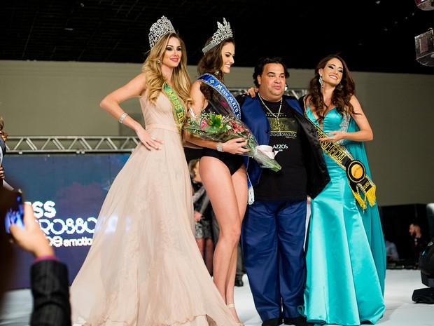 A Miss Mato Grosso 2016 foi coroada pela Miss Mato Grosso 2015 (à dir.) e pela Miss Brasil 2015 (a esq.) (Foto: Alfredo Calvitti)