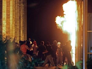Brasília - Manifestantes colocam fogo na entrada do Itamaraty (Foto: Beto Barata/AFP)