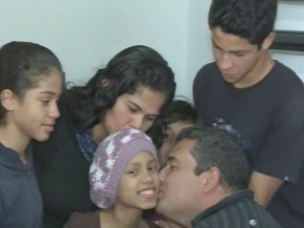 Eduarda sofre de câncer e recebe o apoio da família, em Cananeia (Foto: Reprodução/TV Tribuna)