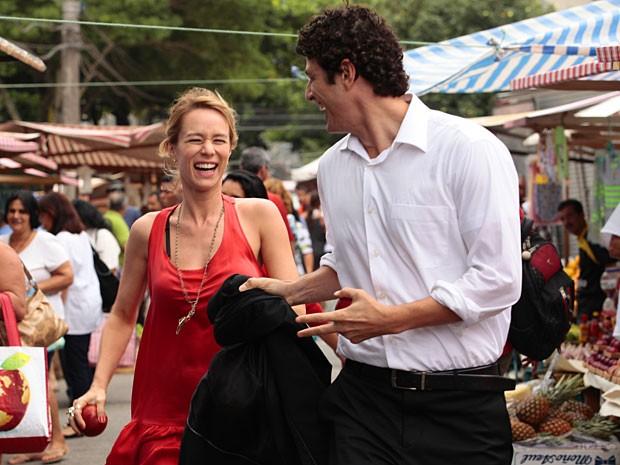 Nando e Juliana se divertem em uma feira livre (Foto: Guerra dos Sexos / TV Globo)