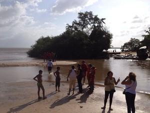Lavouzier Camilo Gantus estava preso em uma árvore às margens do Rio Amazonas, próximo à praia de Fazendinha (Foto: Abinoan Santiago/G1)