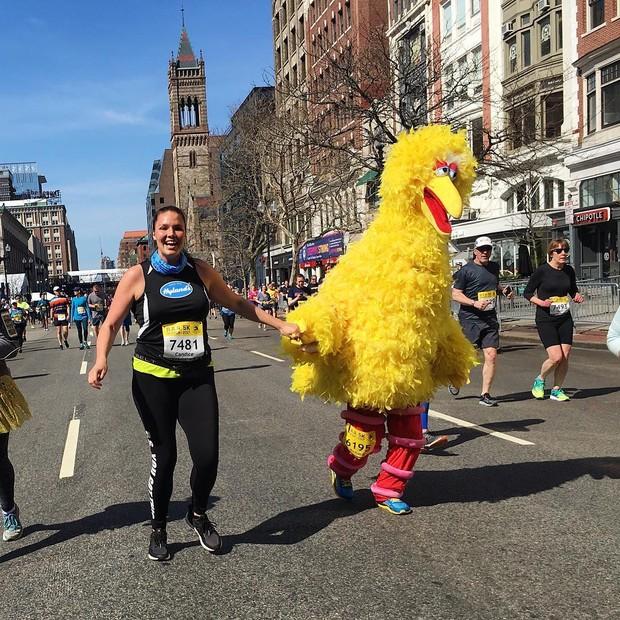 Candice Huffine se diverte na corrida de 5km que antecedeu a Maratona de Boston (Foto: Instagram/Reprodução )