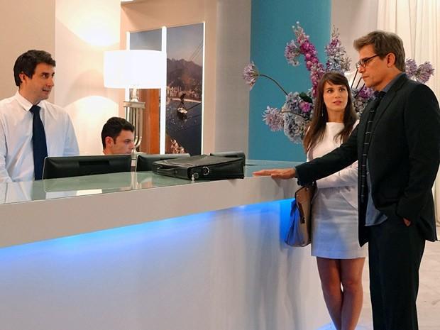 Carolina e Felipe chegam à recepção do hotel (Foto: Guerra dos Sexos / TV Globo)